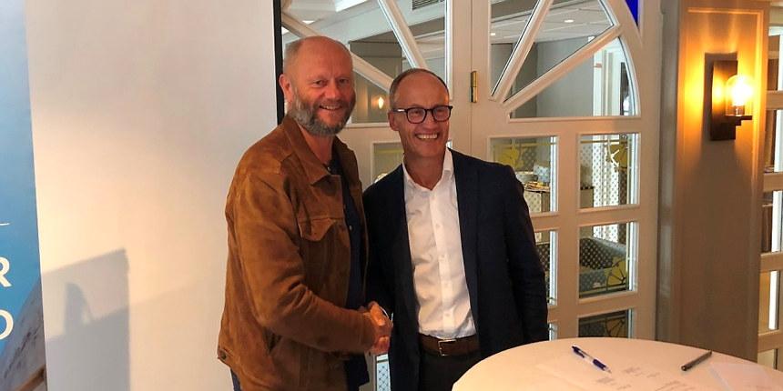 Adm. dir. Stein Lier-Hansen i Norsk Industri og Nils Kristian Nakstad i Enova etter at den nye avtalen var signert.
