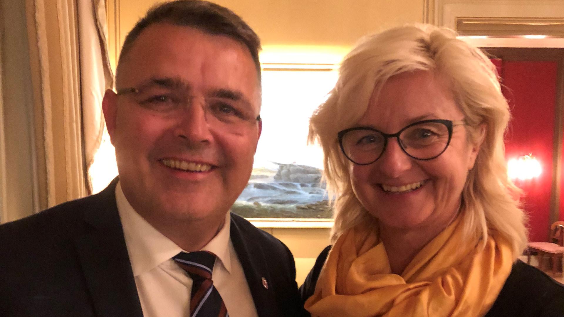 Olje- og Energiminister Kjell-Børge Freiberg og styrelder i Norsk Industri Olje & Gass, Ann Christin Andersen, digitalsjef i TechnipFMC.