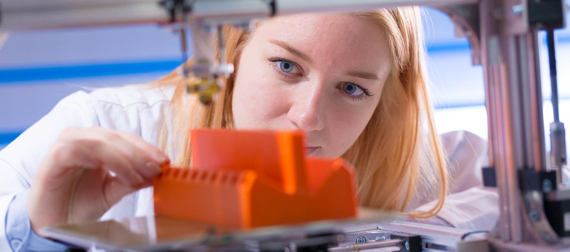 Kvinne som jobber med 3D-printing