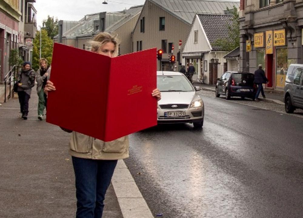 Bokorm på byen. PR-stunt fra Julius Ørenberg Bokbinderi en lørdag, modell Kari Hårklau Ulltang