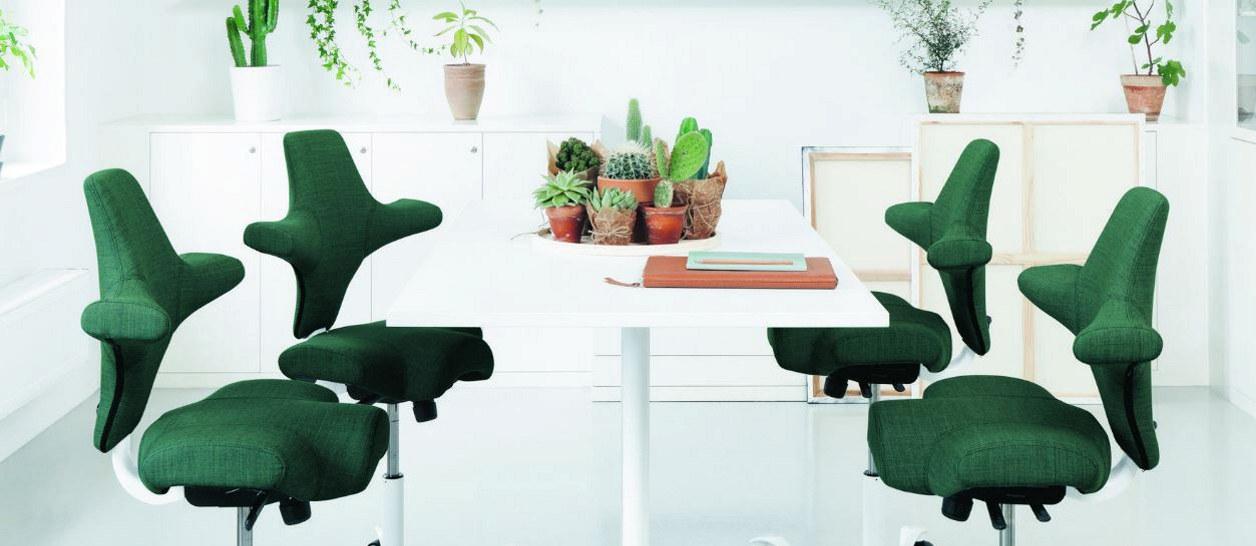 Grønne stoler rundt et bord