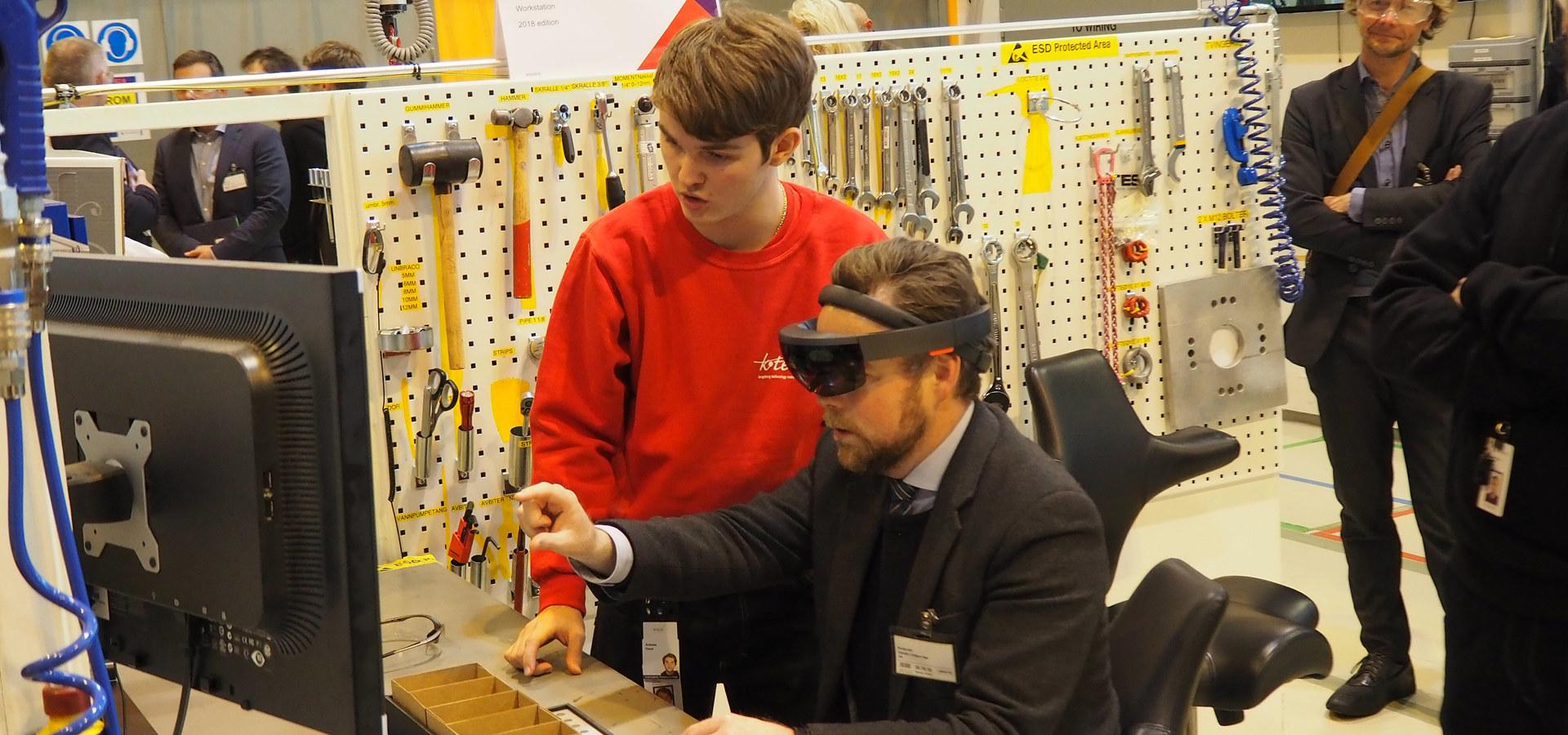 Næringsminister Torbjørn Røe Isaksen fikk prøve AR-briller hos TechnipFMC på Kongsberg i forbindelse med Topplederforum 30. oktober 2018.