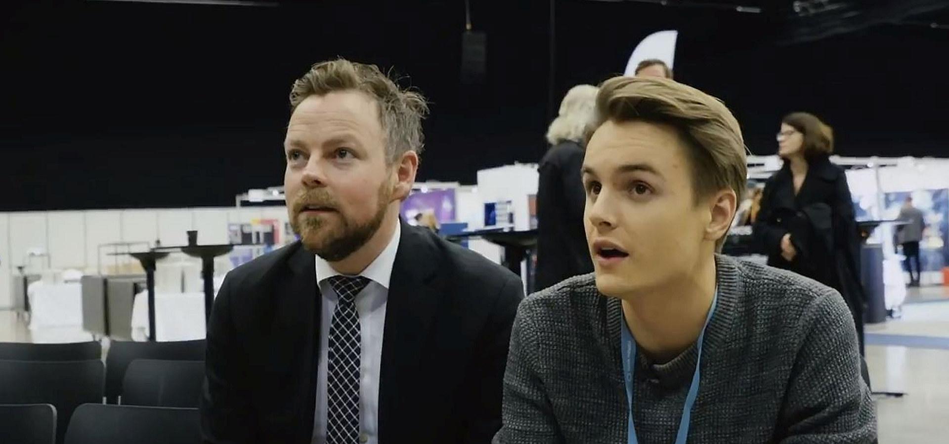 """Næringsminister Torbjørn Røe Isaksen og Elias """"Kime"""" Rådlund spiller Fortnite på Industri Futurum 2018. Skjermdump: YouTube"""
