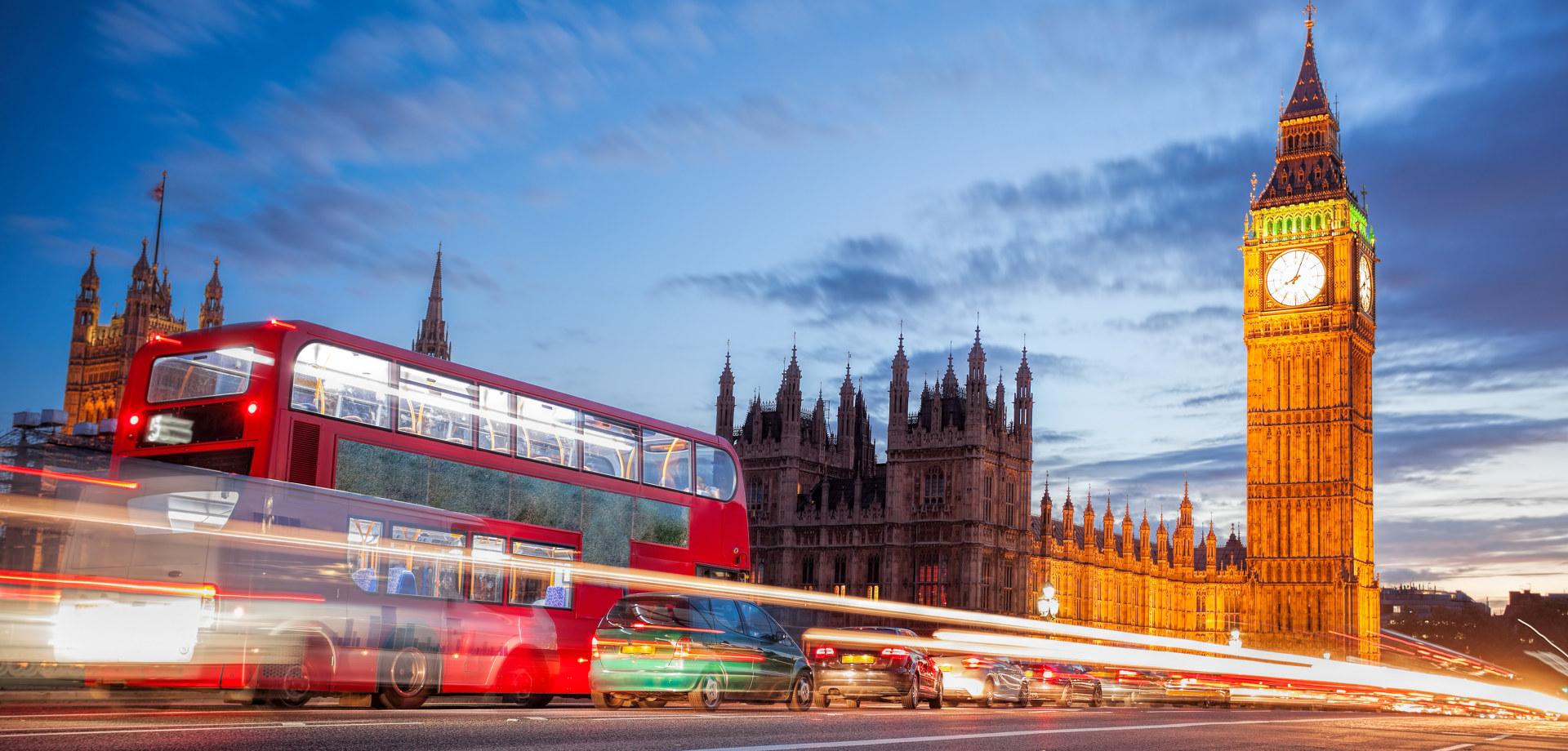 Buss kjører forbi Big Ben i London