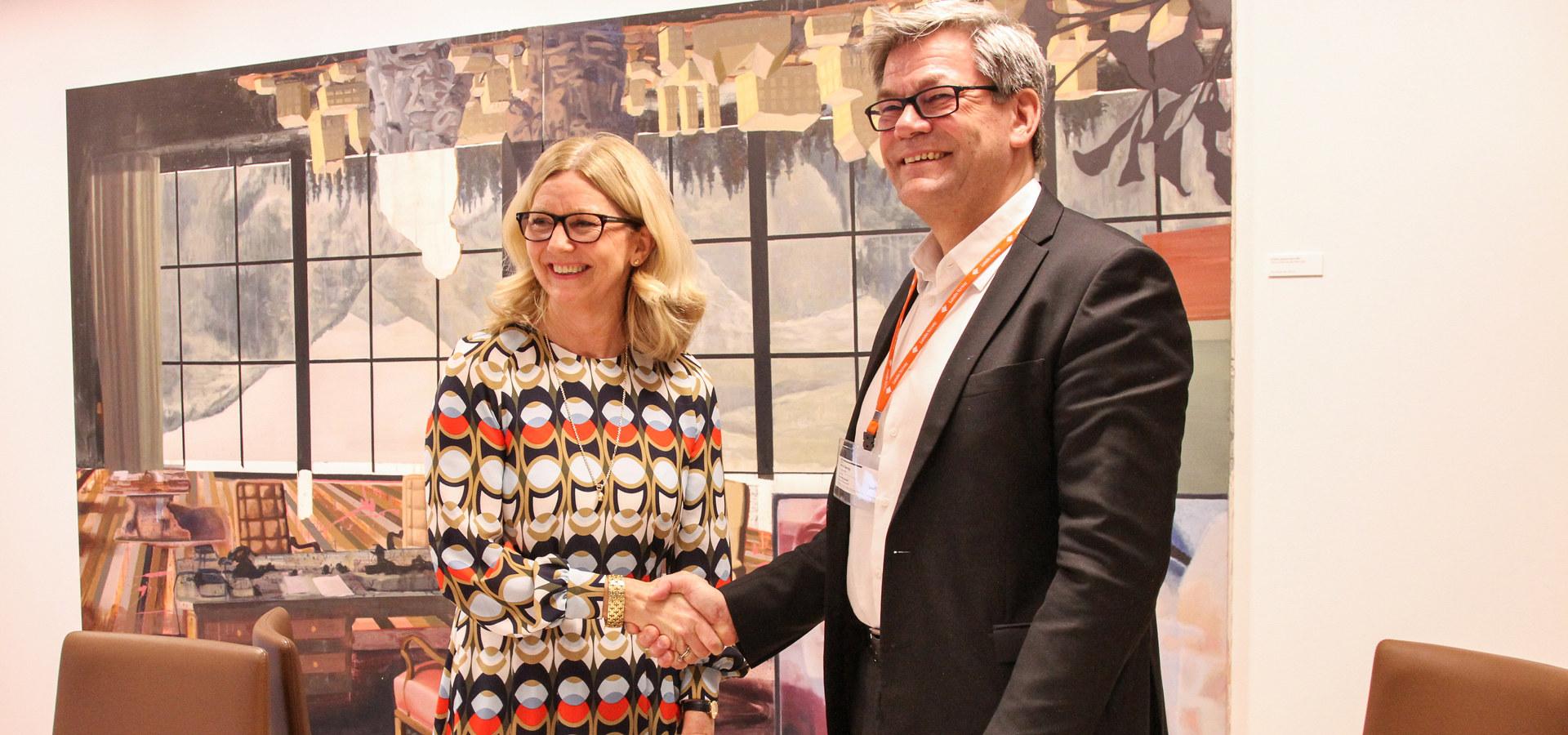 Managing Director Kristin Færøvik i Lundin Norway og Arild Selvig, salgssjef subsea i TechnipFMC Norge, under signering av kontrakt på Luno II-feltet.