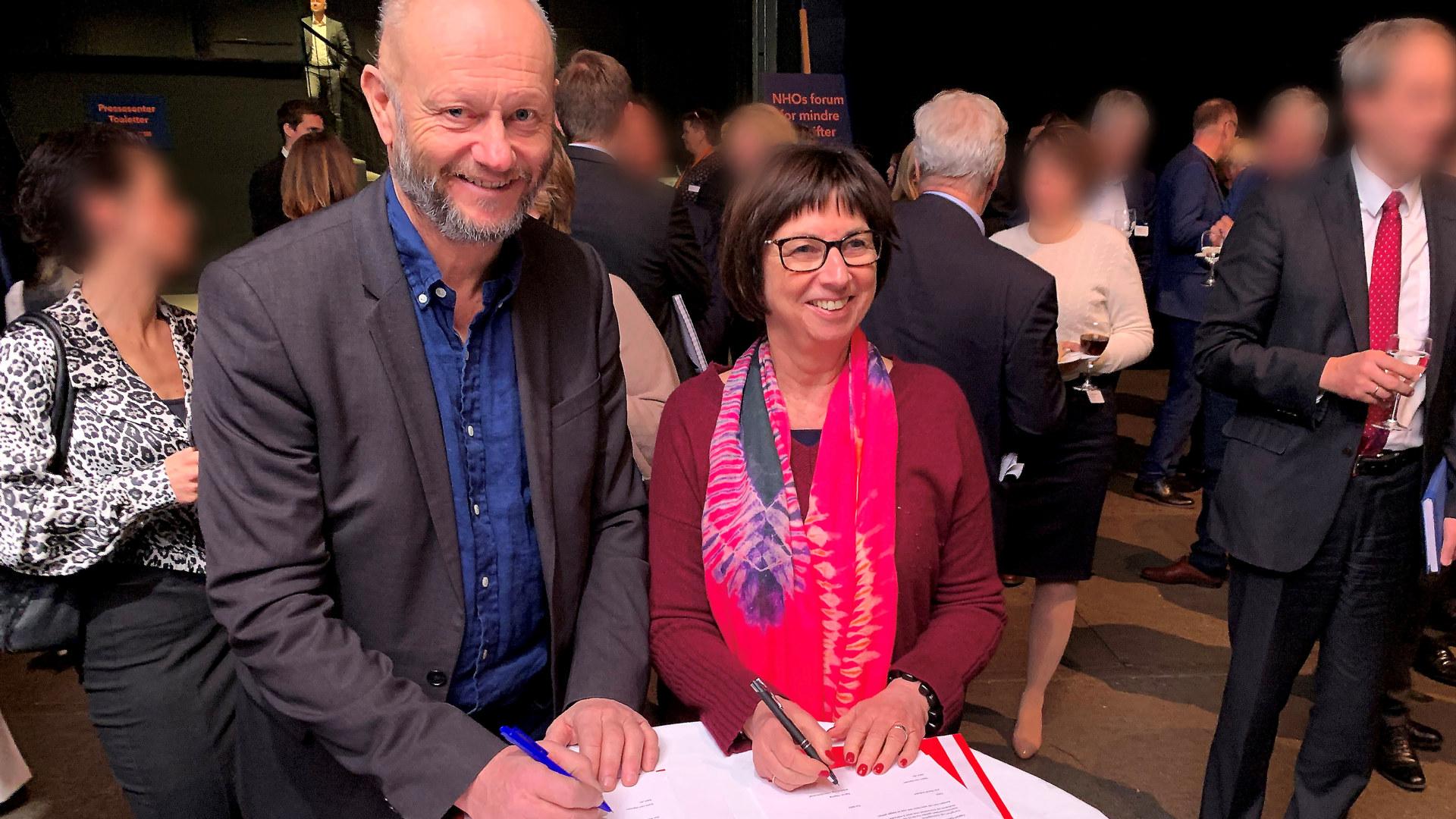 Adm. dir. Stein Lier-Hansen og arbeids- og velferdsdirektør Sigrun Vågeng undertegner intensjonsavtalen for et samarbeid for å få flere unge ut i jobb.