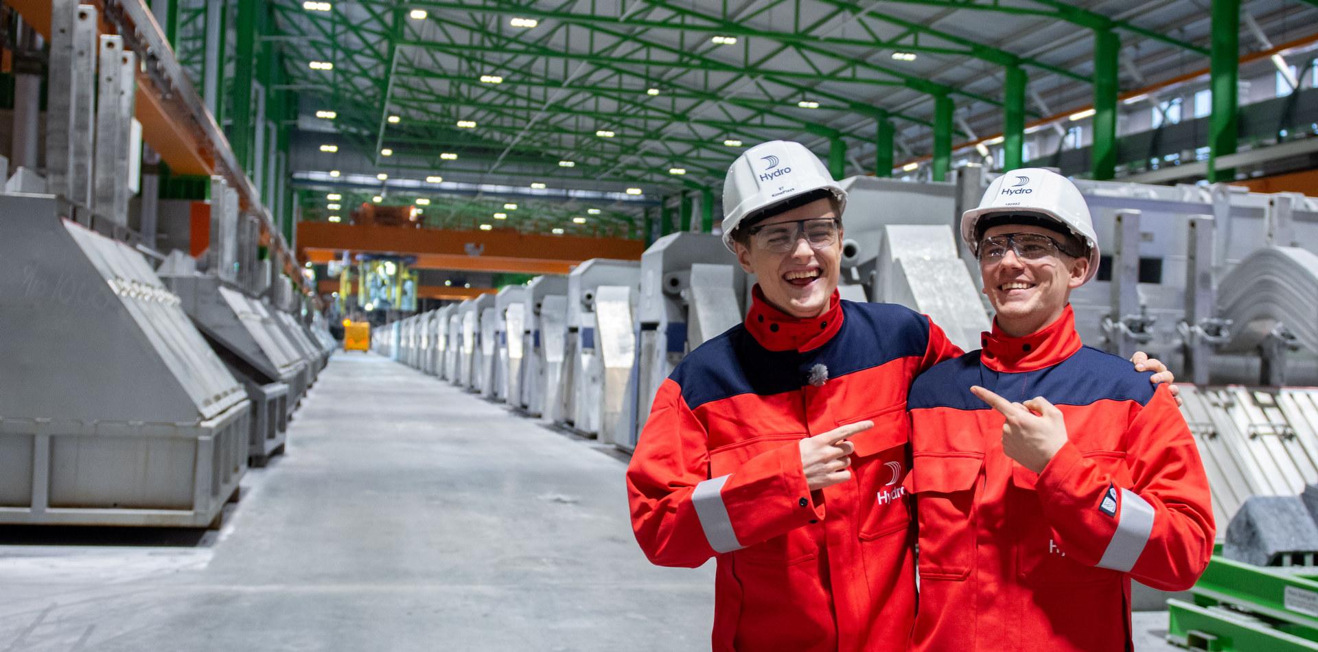 """Elias """"Kime"""" Rådlund besøker Hydro Karmøy i forbindelse med kampanjen for å få flere unge til å velge teknikk og industriell produksjon (TIP) på vgs. Foto: Hydro/Marius Motrøen"""