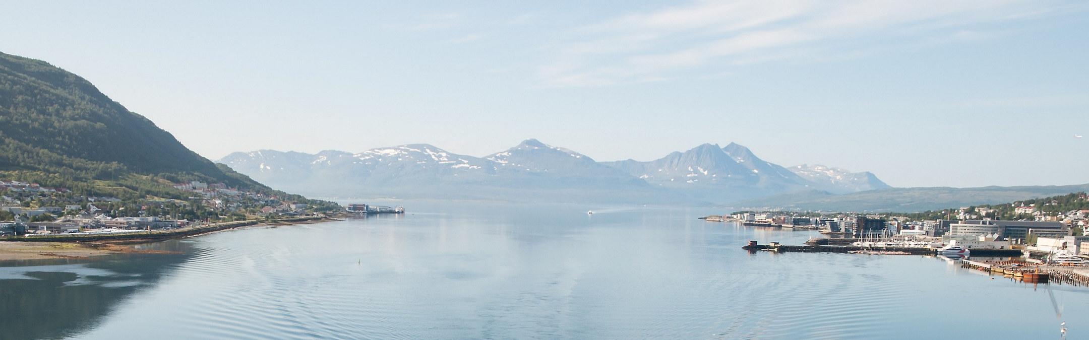 Bilde av fjell og fjord med industri