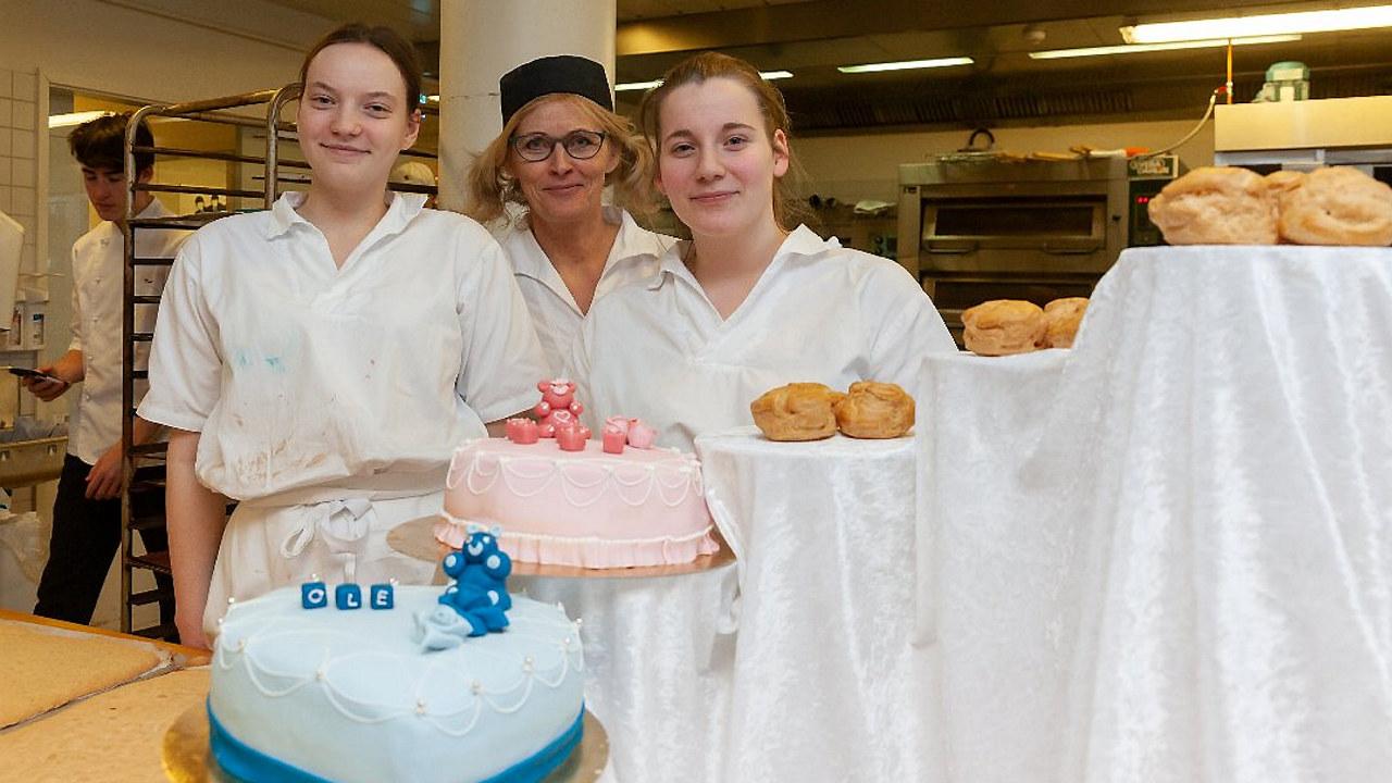 Deltagerne fra Sørumsand Videregående tok både første- og andreplassen i fylkes-mesterskapet. Fra venstre Lina Kristina Henriksen, faglærer Mette Klever og Maren Kristiansen.