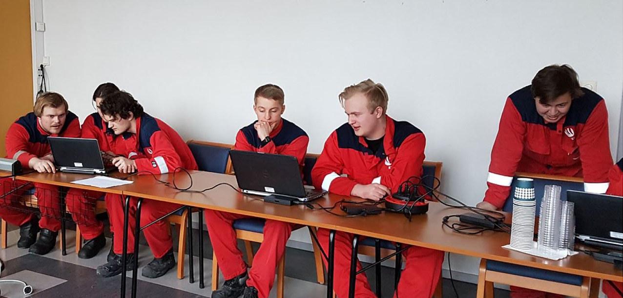 Lærlinger ved Hydros verk i Sunndal prøver seg på spill i opplæringsøyemed. Foto: Hydro
