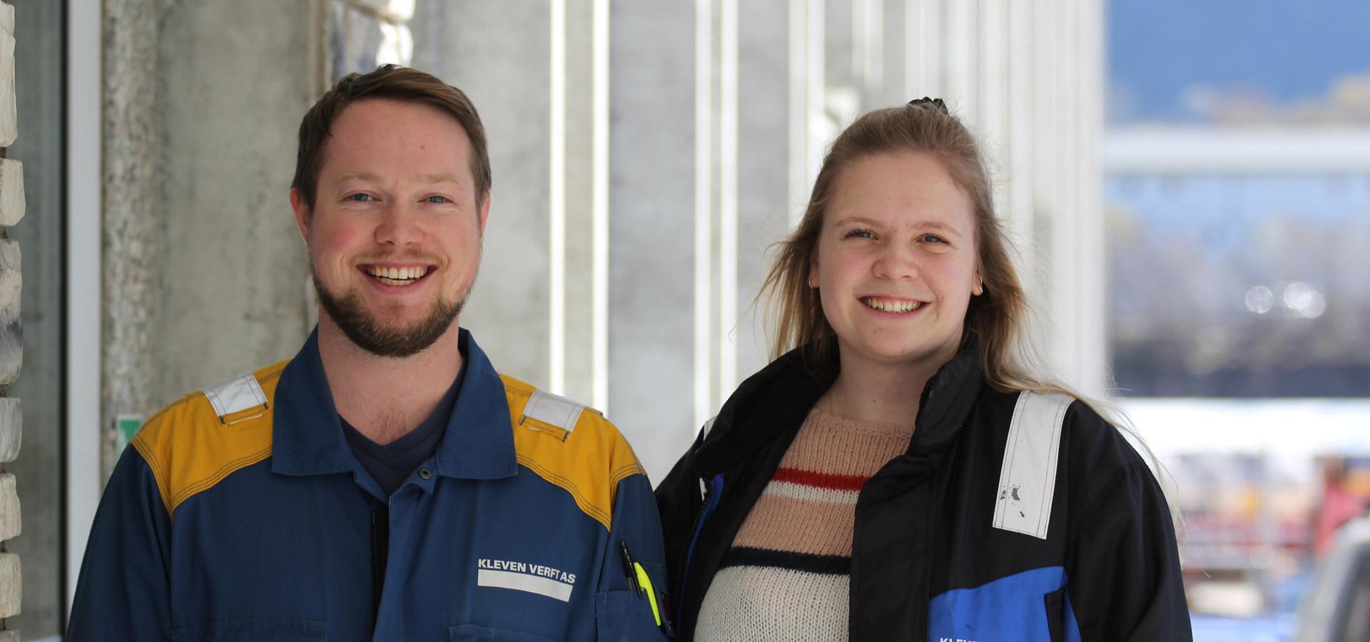 Øyvind Aakre Støylen og Elizabeth McMahon Møller har begge vært TAF-lærlinger hos Kleven gjennom Ulstein vidaregåande skule, og jobber nå som ingeniører hos Kleven. Foto: Kleven