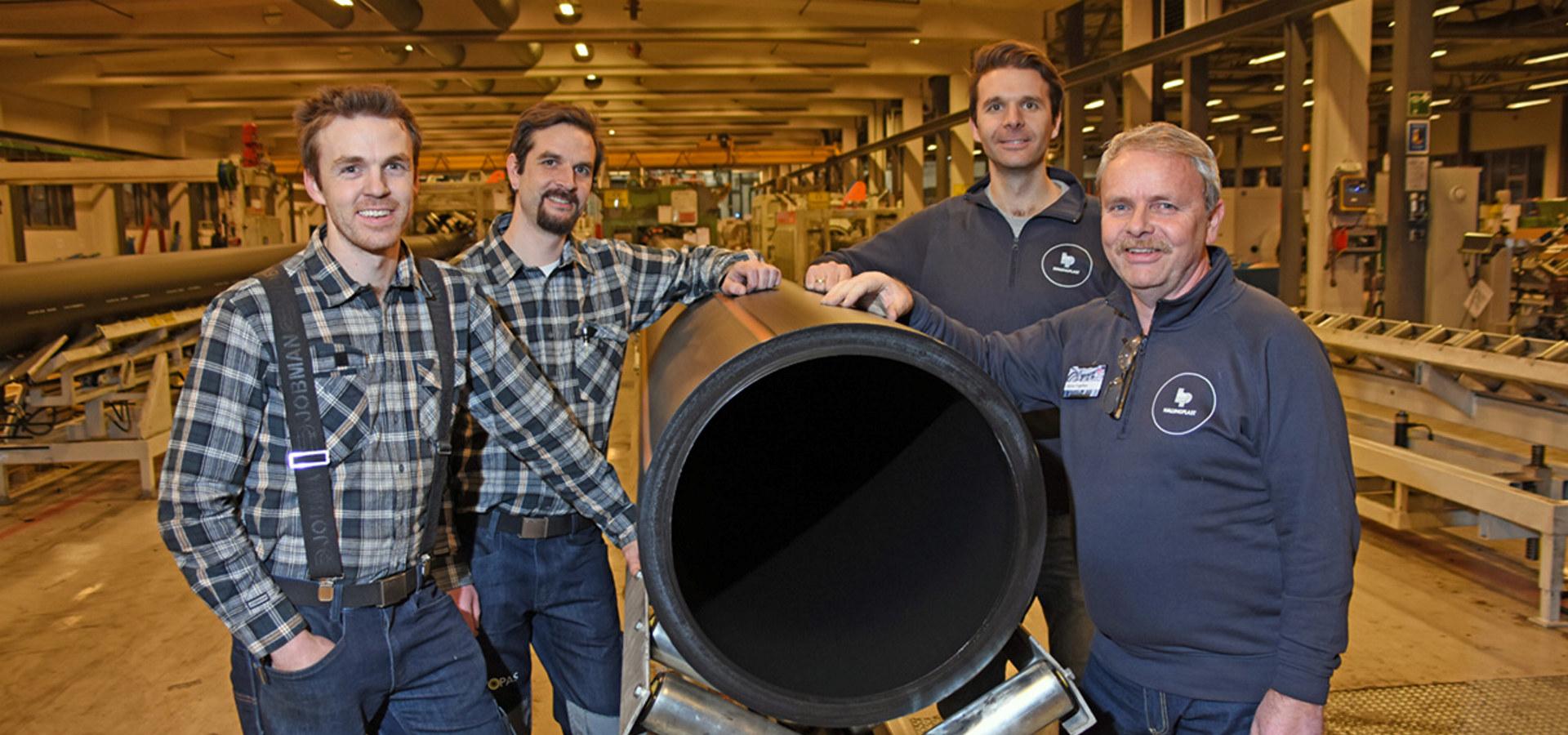 Steinar Tragethon (t.h) sammen med sønnene fra venstre Anders, Kåre og Sverre, som nå kommer inn på eiersiden i Hallingplast AS.