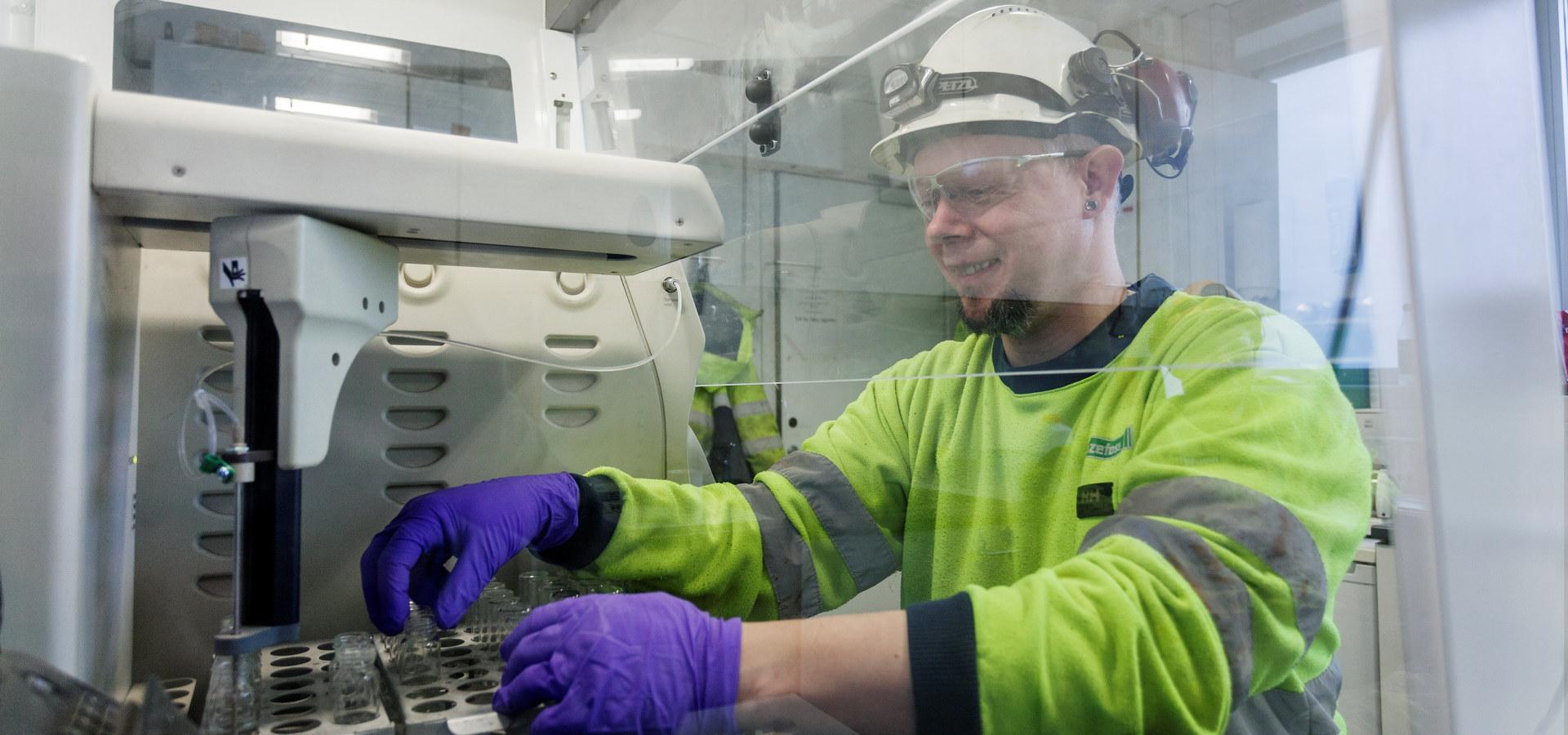 Svein Magnussen er operatør på vannrens på Eide. Foto: Franzefoss