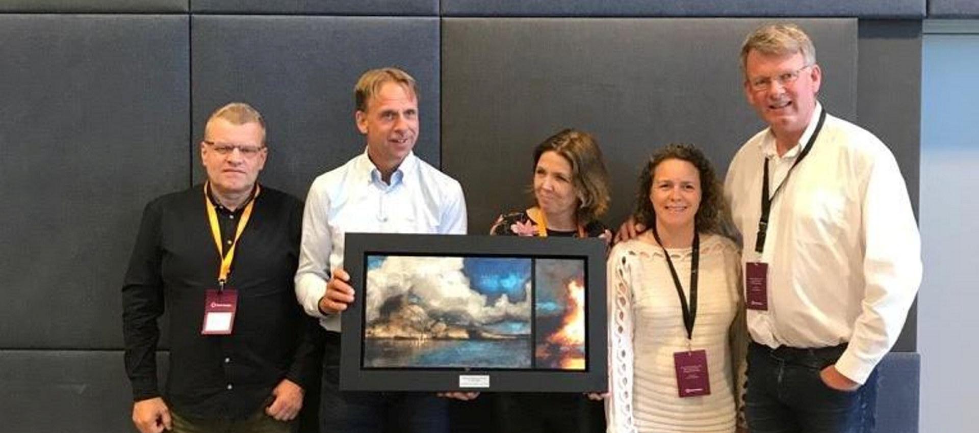 Fem personer fra Elkem mottar bilde og diplom for HMS Sikkerhetspris 2019