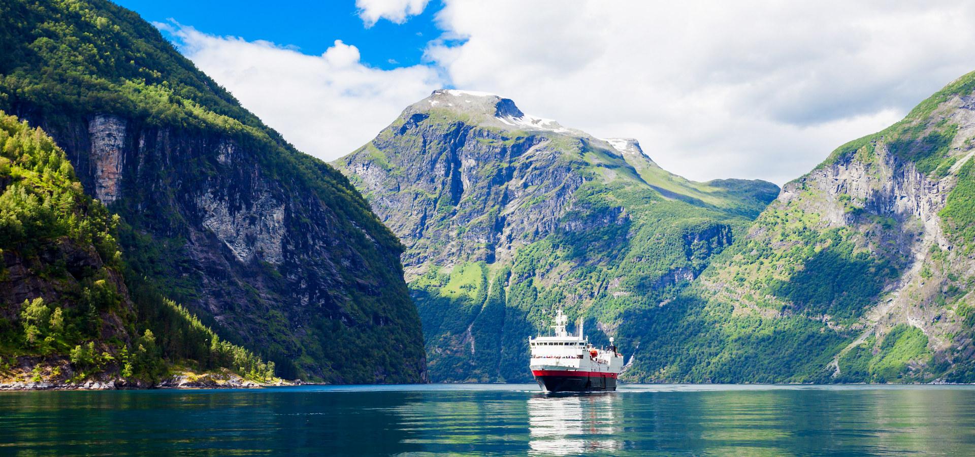 Cruisebåt i norsk fjord
