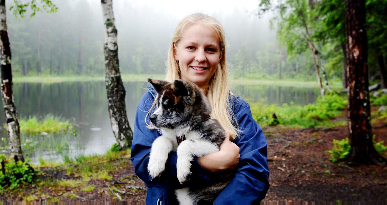 SKULLE BARE...: Tora Kristine Holen skulle bare dra for å hilse på en valp hun fant på Finn. Det ble til at hun dro hjem med valpen.