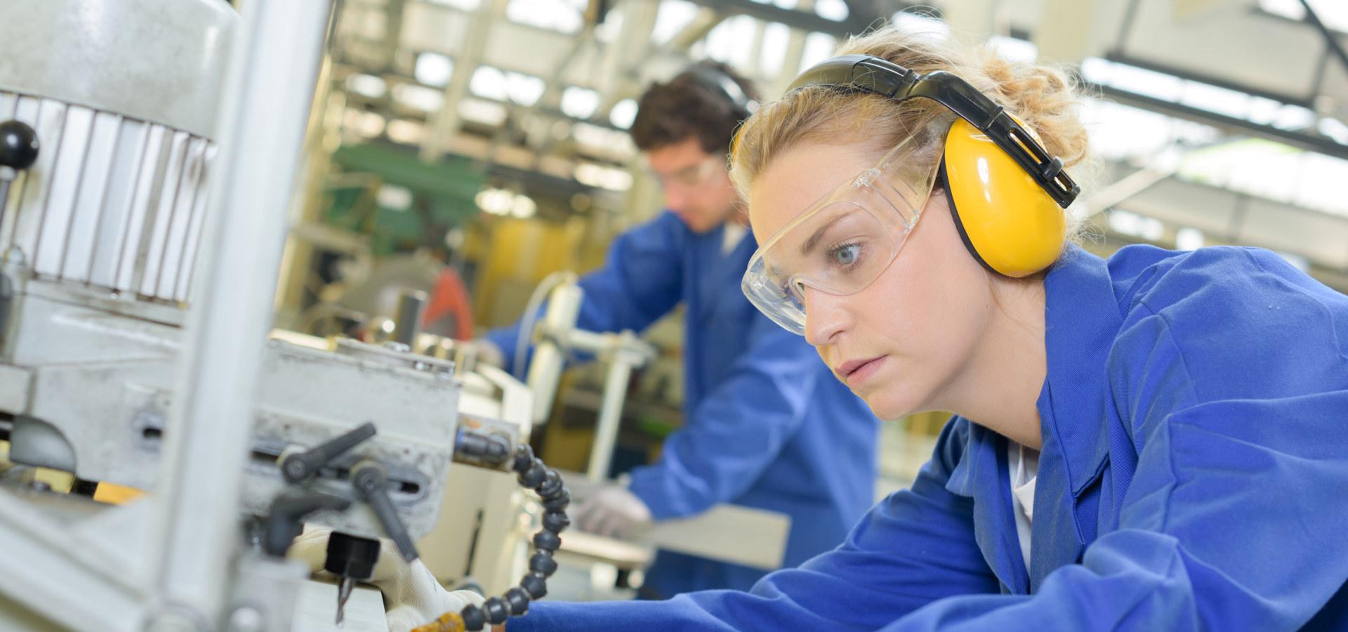 Kvinnelig industriarbeider i produksjon