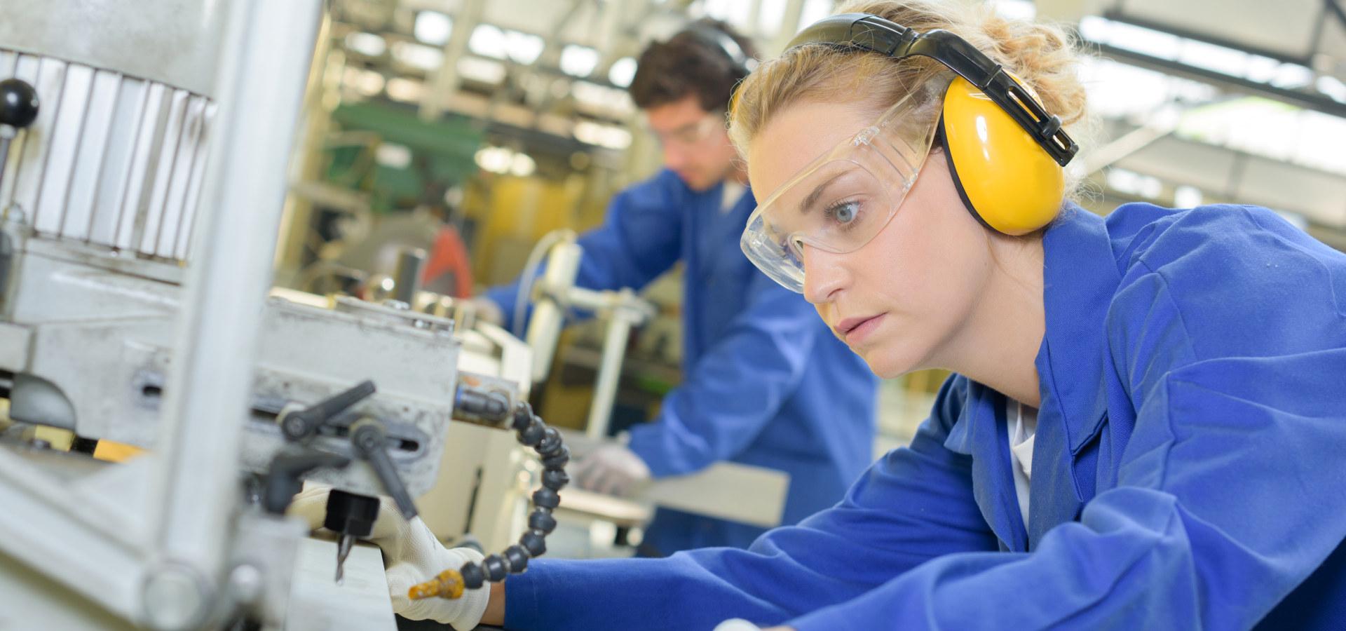 Kvinne i produksjon