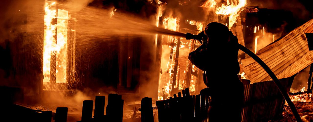 Brannmann slokker brann