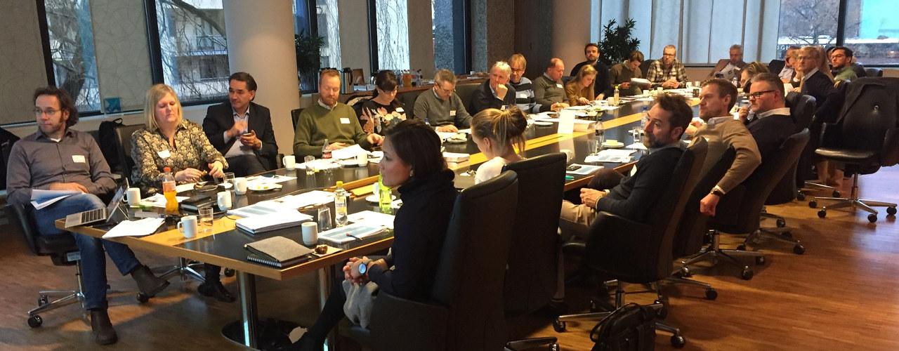 Møtelokale med mange rundt bordet