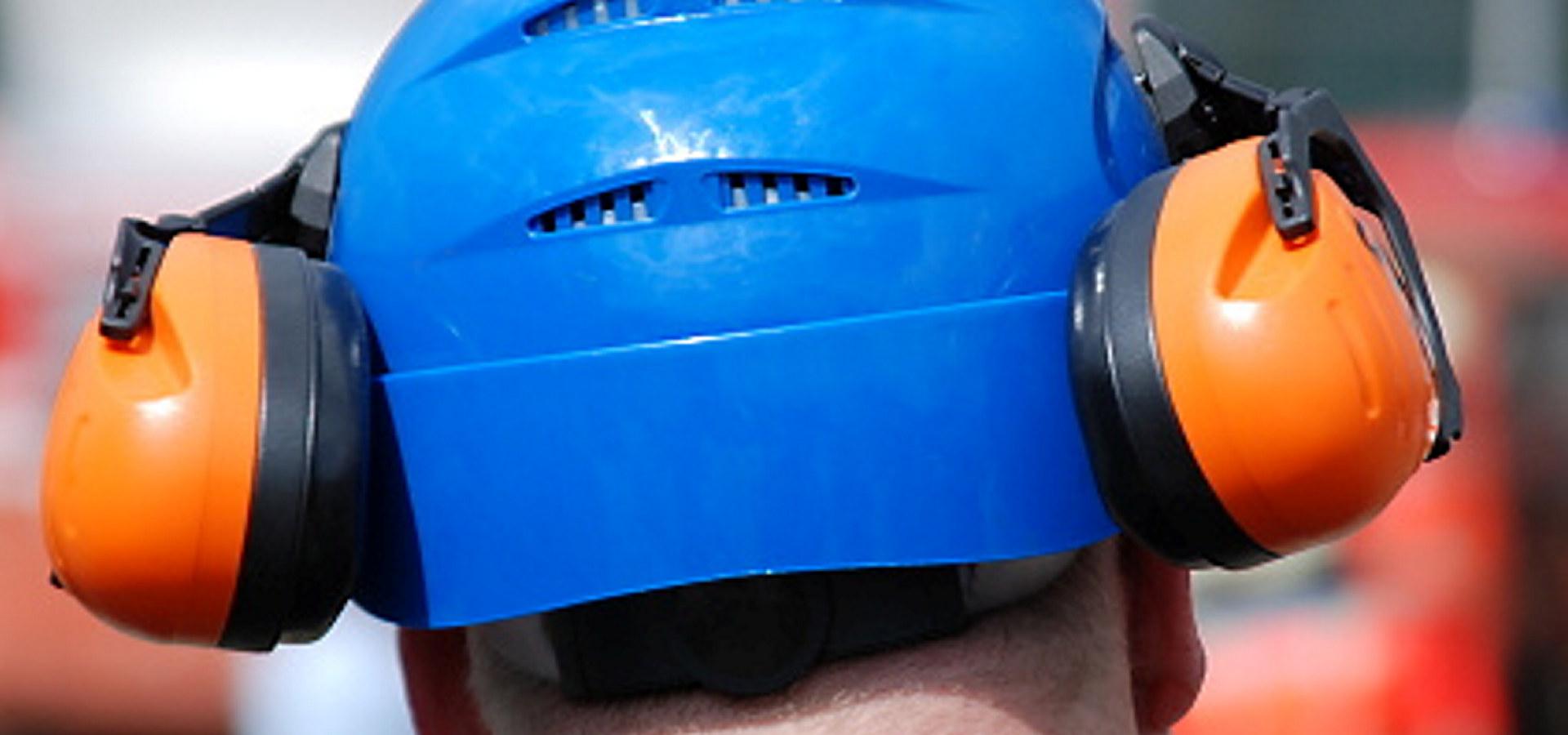 Industriarbeider med hørselvern