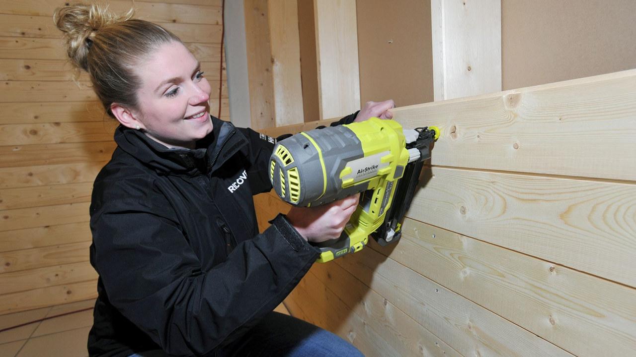 ERFAREN: Kristine Engmo har et godt håndlag med verktøyet når hun tar fatt på arbeidsoppgavene, noe hun får bruk for som prosjektleder hos Recover. Foto: Terje Tverås