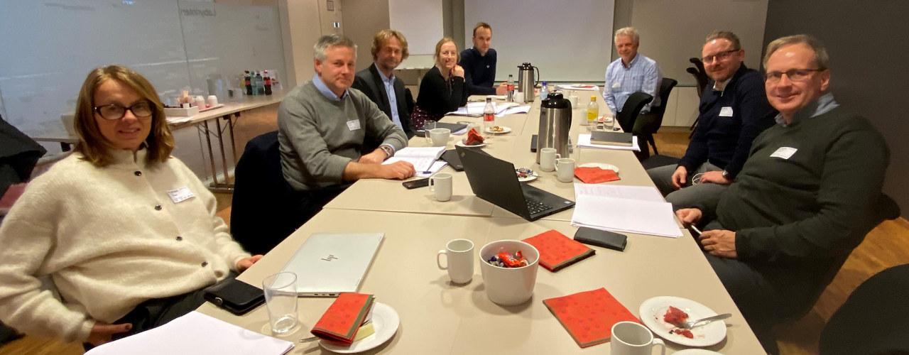 Venstre side (fremst): Eirin Lodgaard (Sintef), Morten Dyrud (Nammo), Jørn Prangerød (Fellesforbundet), Katrine Vinnes (Norsk Industri), Ragnvald Lier (Nærings- og fiskeridepartementet), fra bakerst høyre side: Gaute Knutstad (Sintef), Bjarte Oliver Hvidsten (Aibel) og Bjørn Arne Skogstad (Siva)