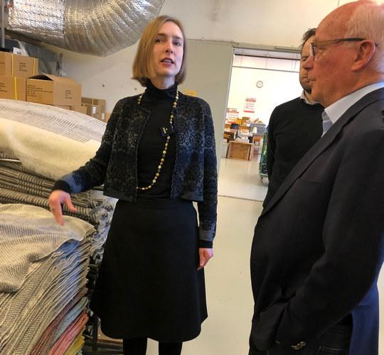 Iselin Nybø og styreleder Arnstein Digernes på omvisning hos Røros Tweed 18.2.20