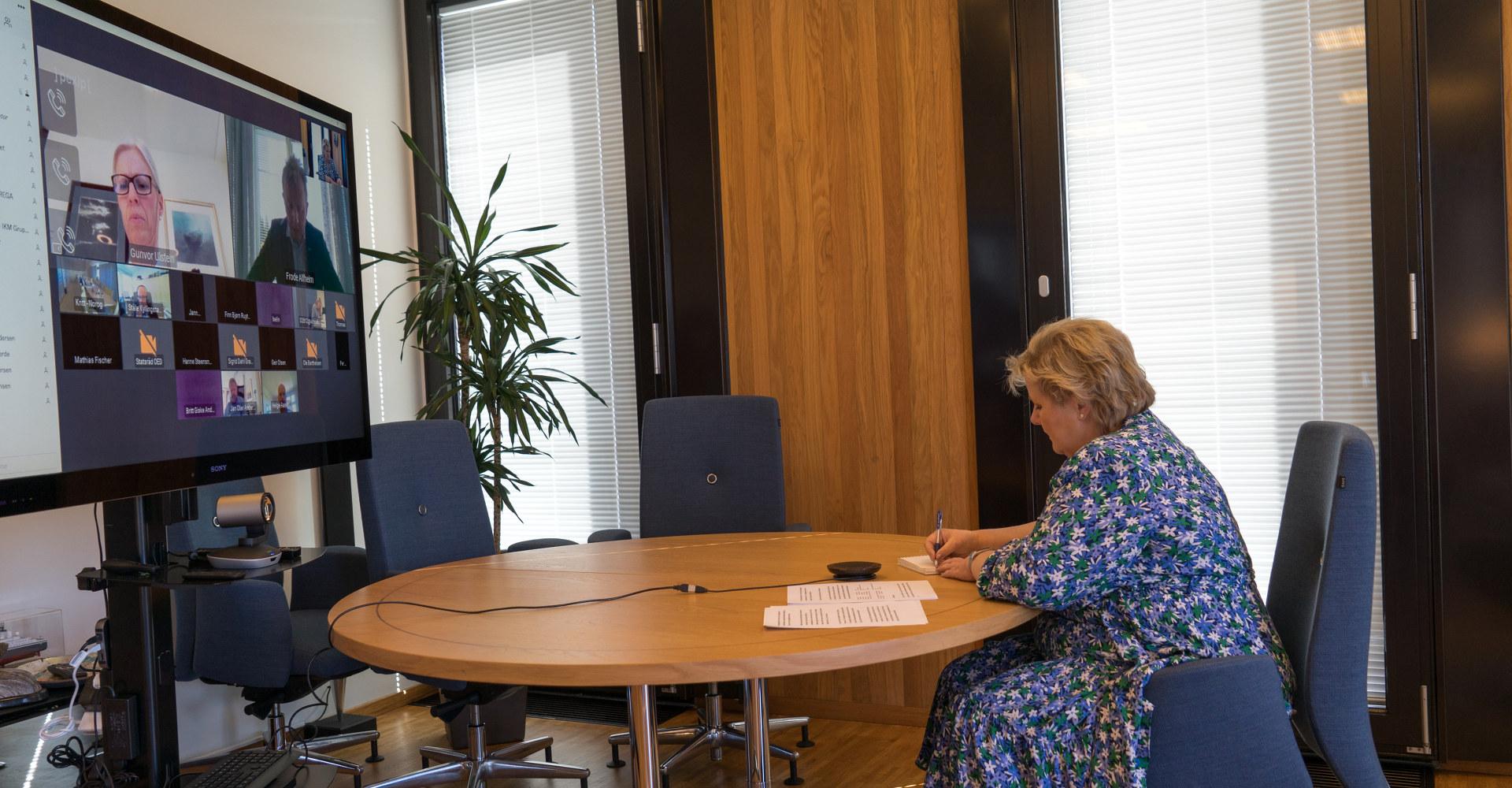 Erna Solberg i møte med norske industri- og energiselskaper. På bildet snakker hun med konsernsjef i Ulstein Group, Gunvor Ulstein. Foto: Arvid Samland / Statsministerens kontor