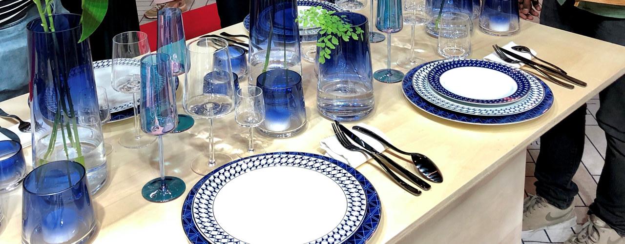 Et bord dekket med tallerkner og glass