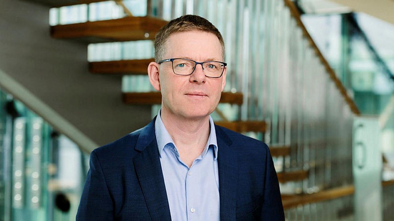 De ber derfor regjeringen om å gi ekstra tilskudd til bedrifter som tar inn lærlinger, sier NHOs direktør i Innlandet, Jon Kristiansen.
