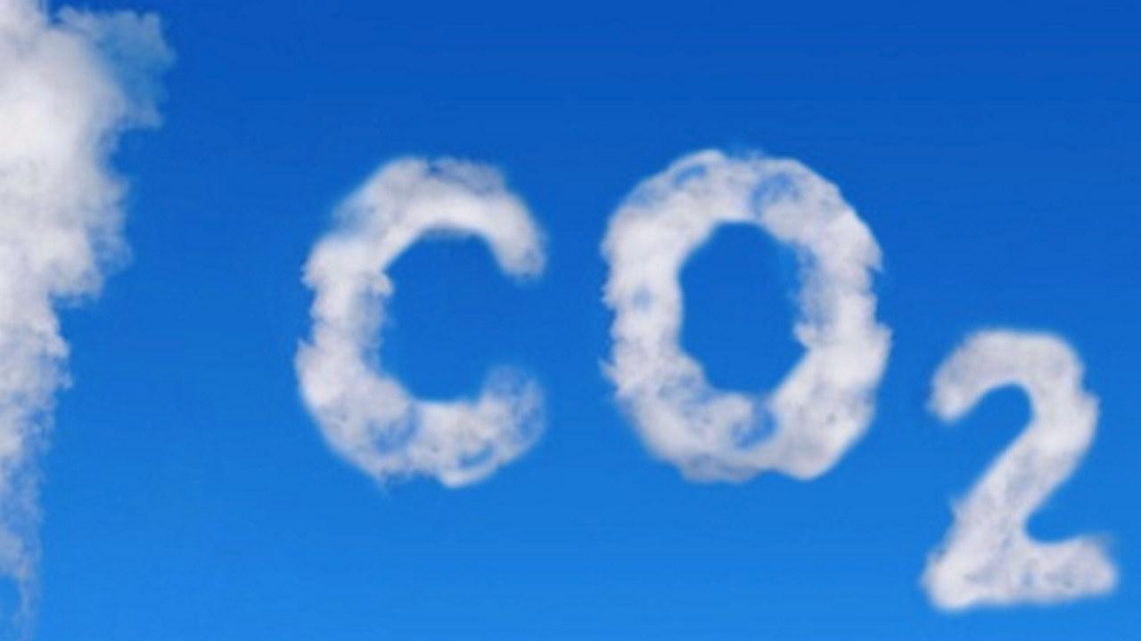 CO2-sky på blå himmel