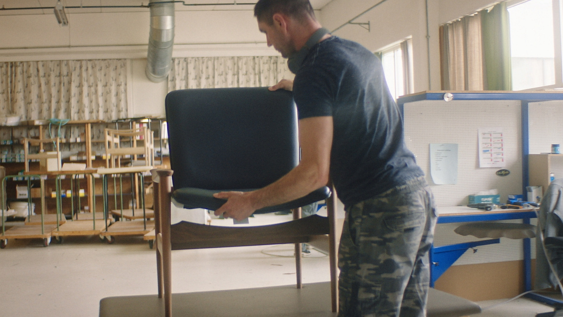 """Skjermdump fra Norsk Industri Desigindustriens kampanjefilm """"Velg norsk design"""""""
