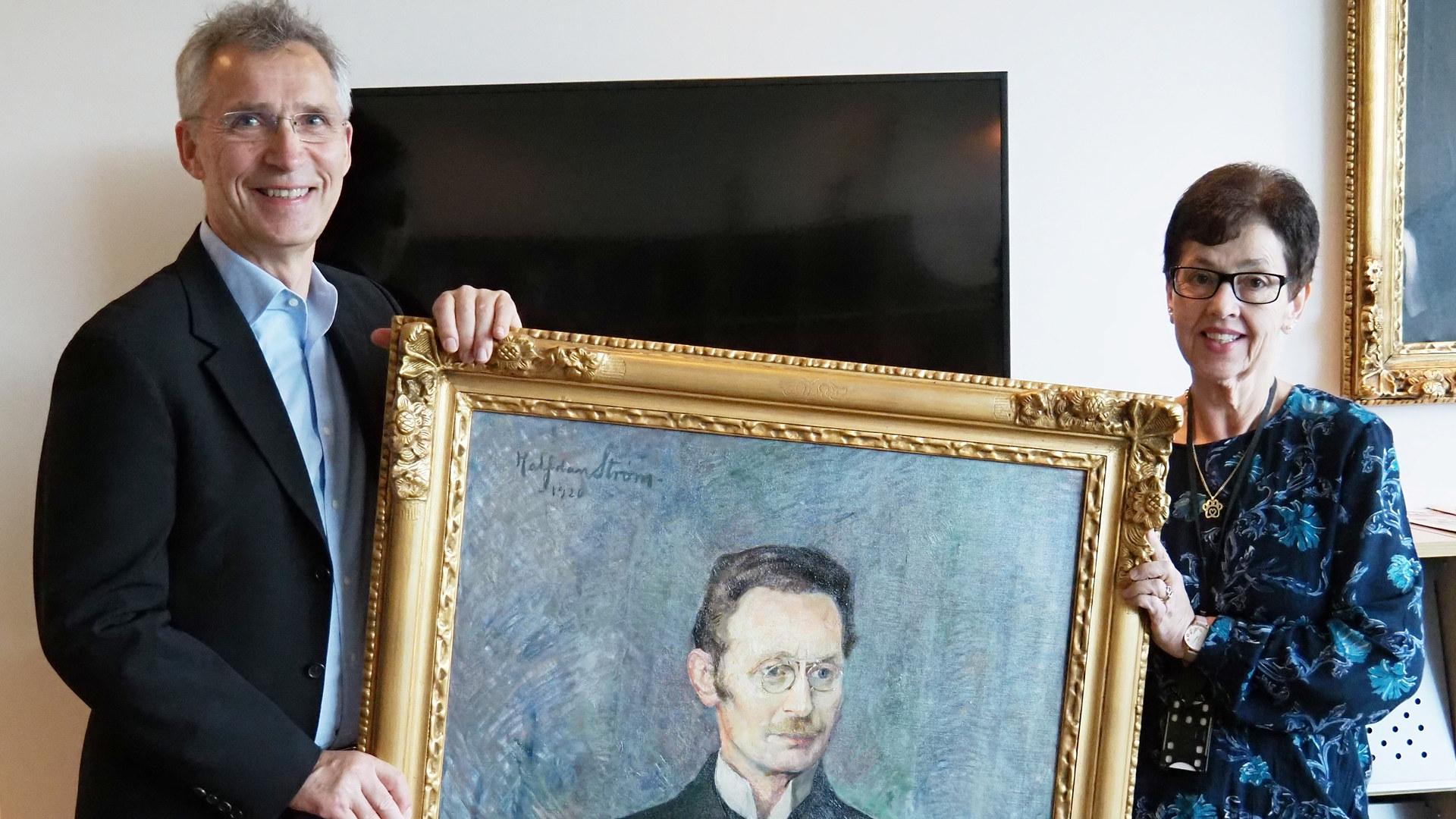 Jens Stoltenberg og Kristin Ødegård med maleri