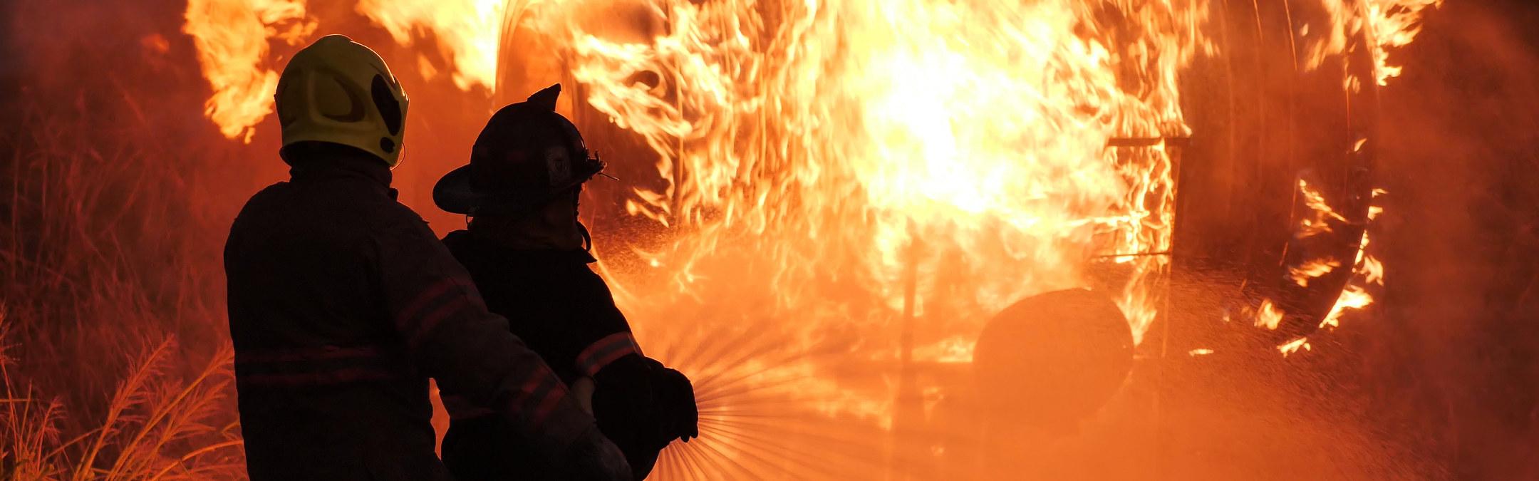 To brannmenn forsøker å slukke en brann