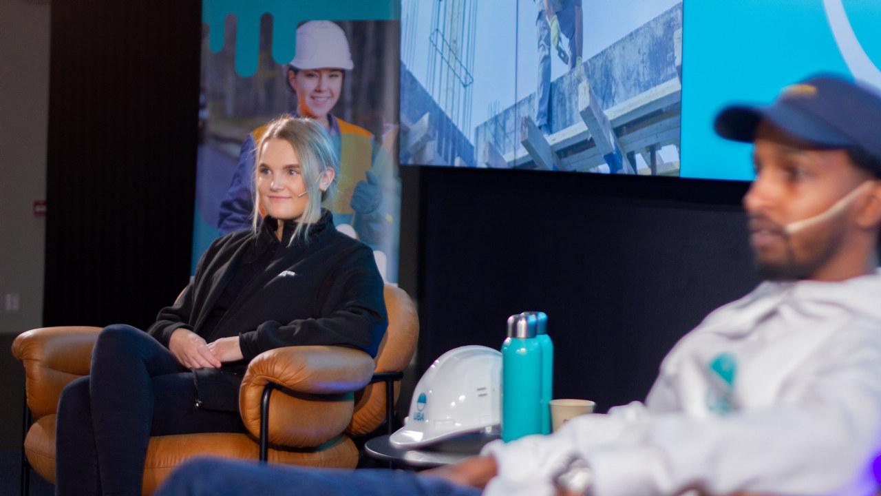 Silje Ellingsen (22) og er lærling i isolatørfaget på et landanlegg på vestlandet, og er en av flere unge yrkesambassadører som skal bidra til å rekruttere flere unge til ISO-fagene.