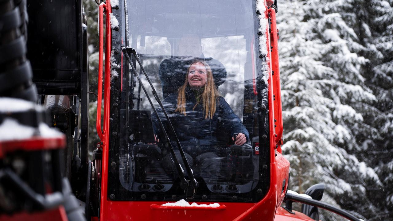 19 år gamle Mari Gladhaug sitter i en 22 tonns hogstmaskin og hogger tømmer ute i skogen på Vestre Toten. Hun stortrives i jobben sin, men møter fordommer rundt sitt valg av yrkesfag.