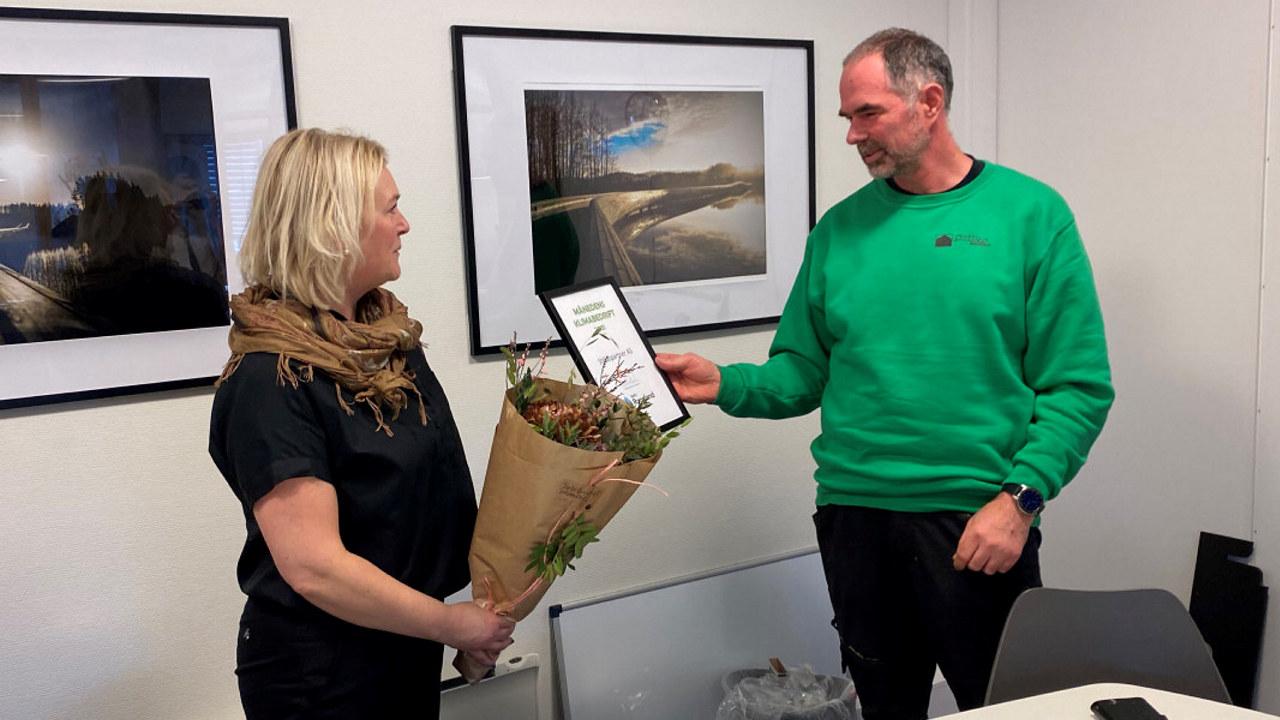 Regiondirektør Tone Grindland i NHO Rogaland var denne uken på besøk i lokalene til Stillaspartner på Klepp for å dele ut prisen Månedens Klimabedrift for februar til daglig leder Tom Magne Tjemsland.
