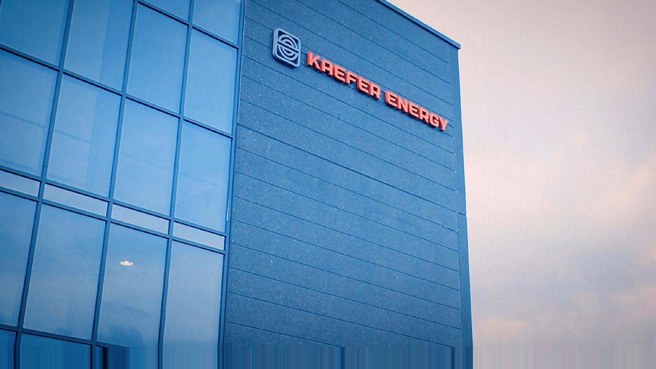 Bygning med Kaefer Energy logo på veggen