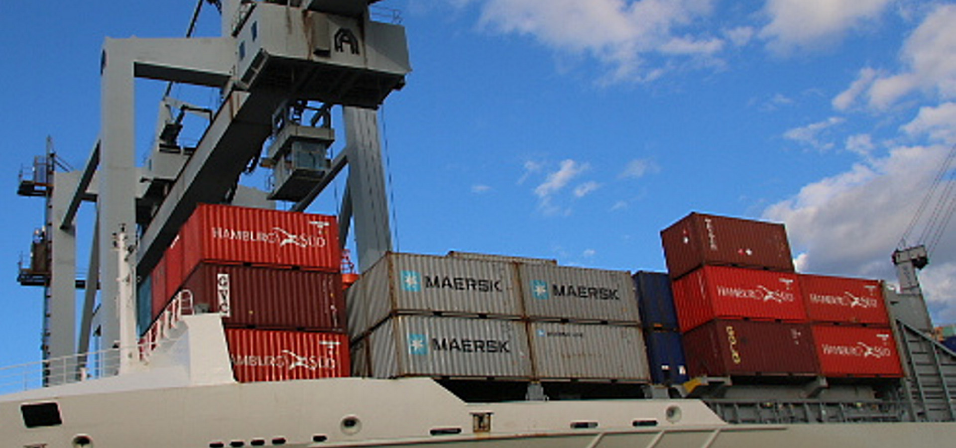 Containerskip som ligger i havn.