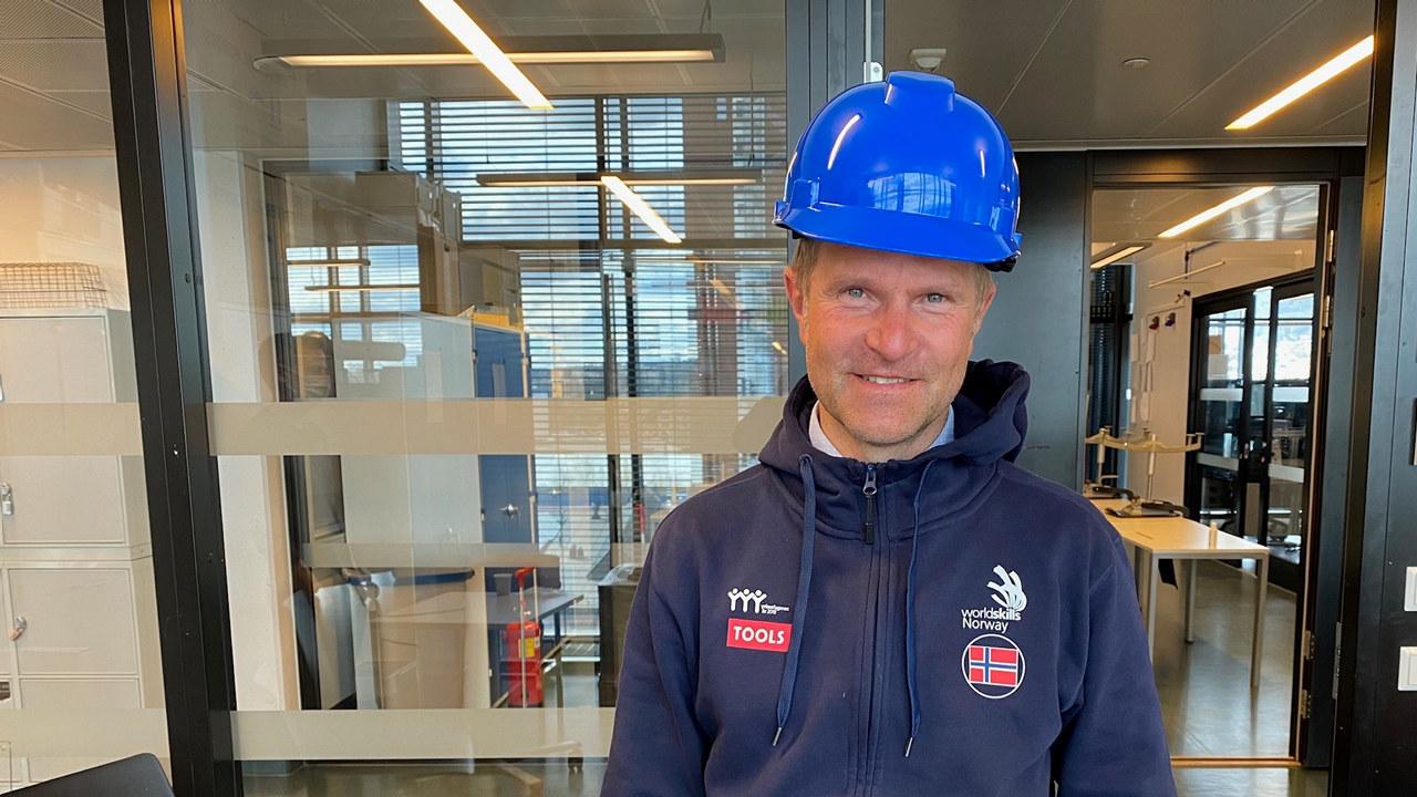 Daglig leder i WorldSkills Norway Bjørnar Valstad har tatt på seg den blå hjelmen, for å signalisere sin støtte til årets kåring av Norges Hyggeligste Håndverker, hvor han også er med i juryen.