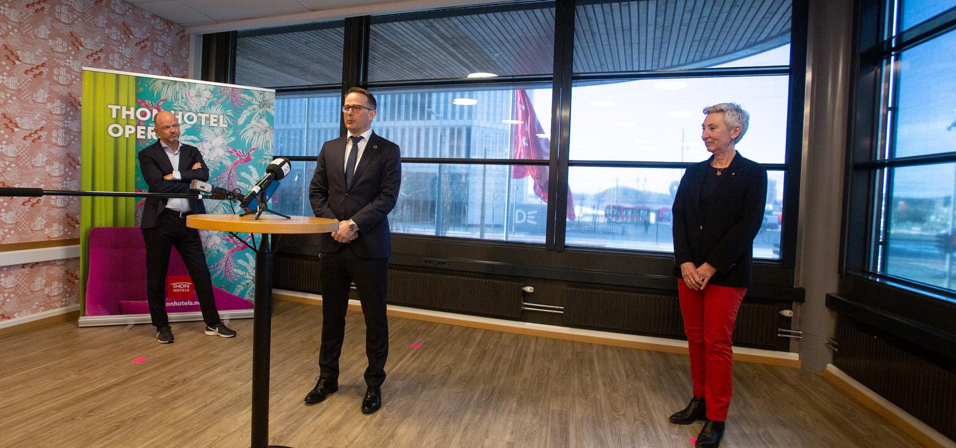 Meklingsstart ved lønnsoppgjøret 2021. F.v. Ole Erik Almlid, NHO, riksmekler Mats Ruland og Peggy Hessen Følsvik, LO. Foto: NHO