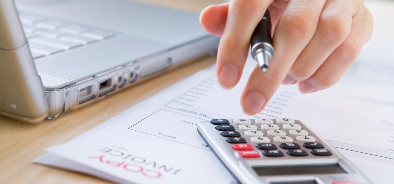 En som trykker på en kalkulator