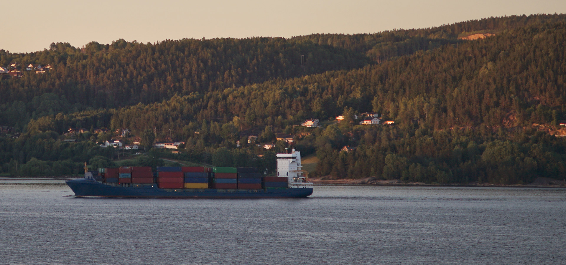 Containerskip i fjord