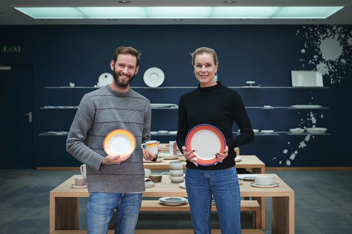 To personer som holder frem tallerkner fra Figgjo