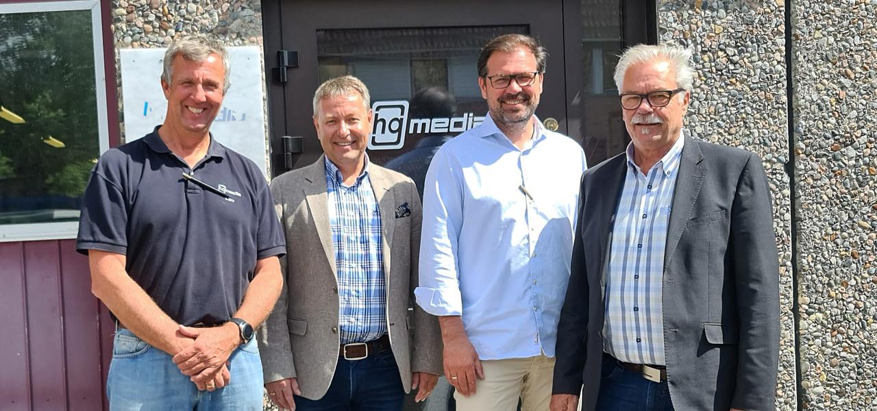 Fire menn utenfor et kontorbygg