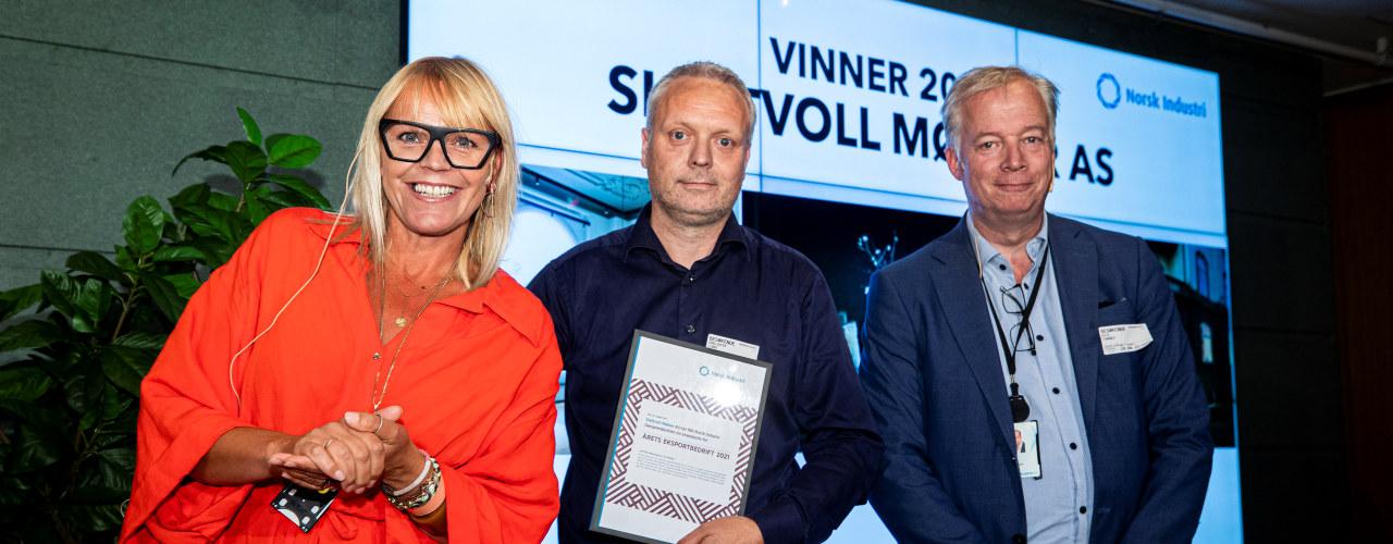 Bransjepris 2021. Designindustrien. F.v.: Ragnhild Grytten i Norsk Industri, salgssjef Odd Erik Lund i Slettvoll Møbler og Egil Sundet i Norsk Industri.