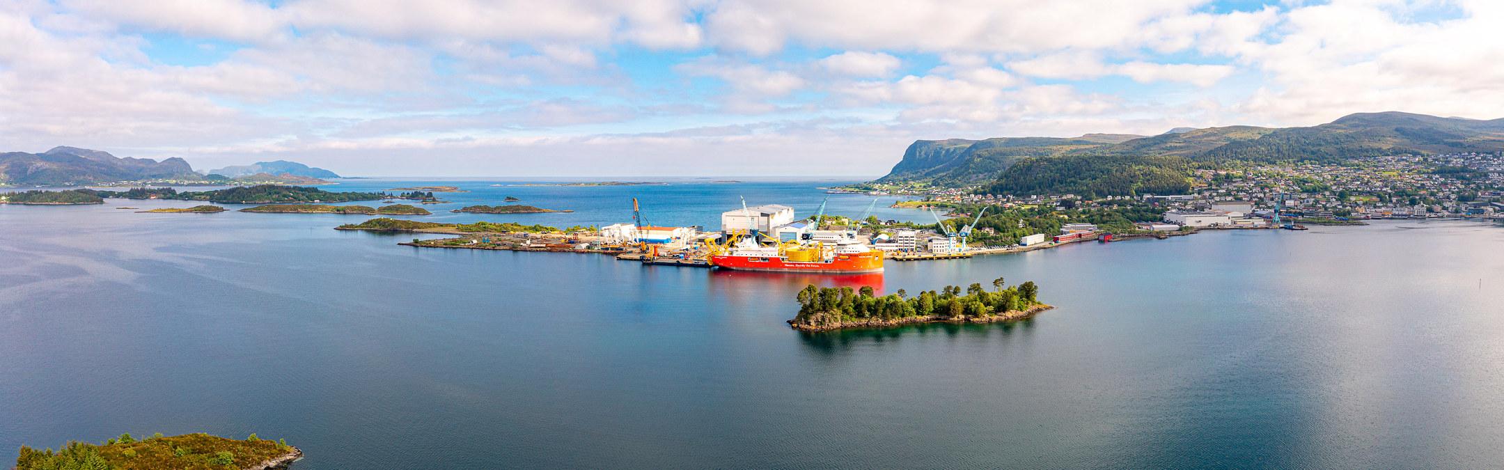 Bilde av fjell og fjord med industri. Foto: Sven-Erik Knoff
